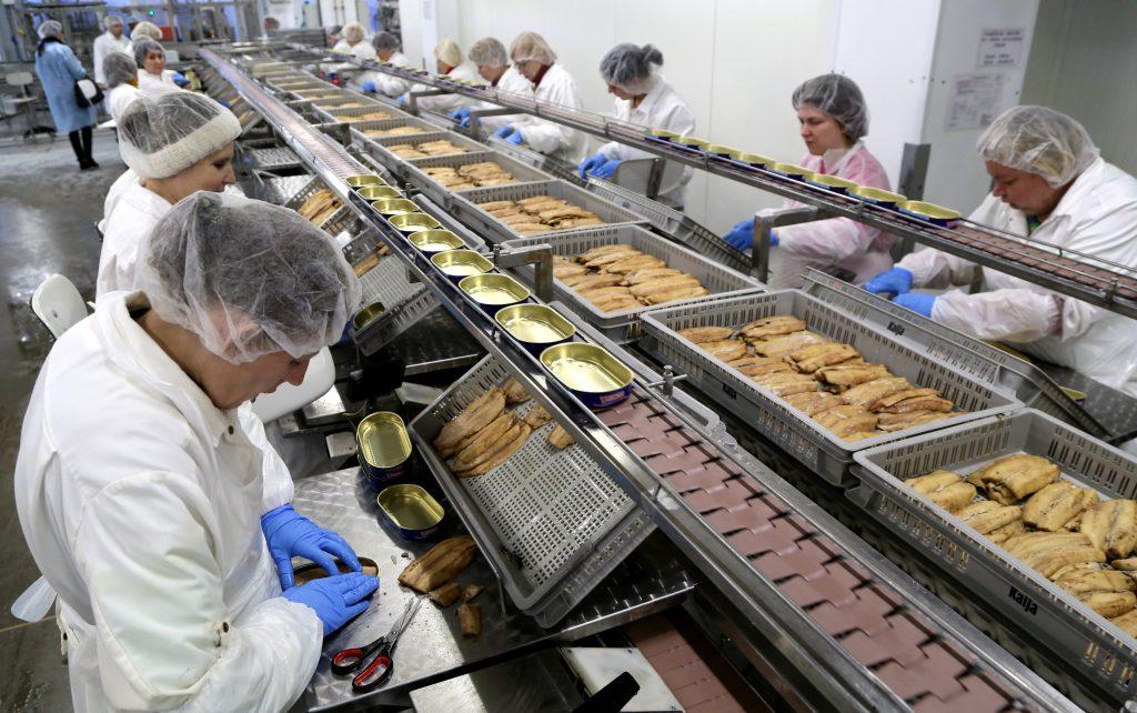 """Zivju pārstrādes uzņēmuma """"Karavela"""" ražotnē."""