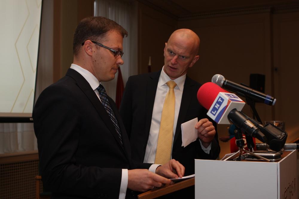 """NA vienīgais priekšsēdētājs turpmāk būs Raivis Dzintars (no kreisās). Līdzšinējais līdzpriekšsēdētājs Gaidis Bērziņš labprātīgi pakāpies malā, samierinoties ar priekšsēdētāja vietnieka amatu. Savā """"atvadu runā"""" viņš uzskaitīja partijai aktuālo darbu sarakstu, tostarp – pāreja uz izglītību latviešu valodā, cīņa pret viesstrādnieku imigrācijas vilni, atklātības stiprināšana mediju nozarē, sargāt konservatīvās pamatvērtības no dažādiem uzbrucējiem (Stambulas konvencijas un kopdzīves likuma aizstāvjiem), nepieļaut nekādus pilsonības iegūšanas atvieglojumus."""