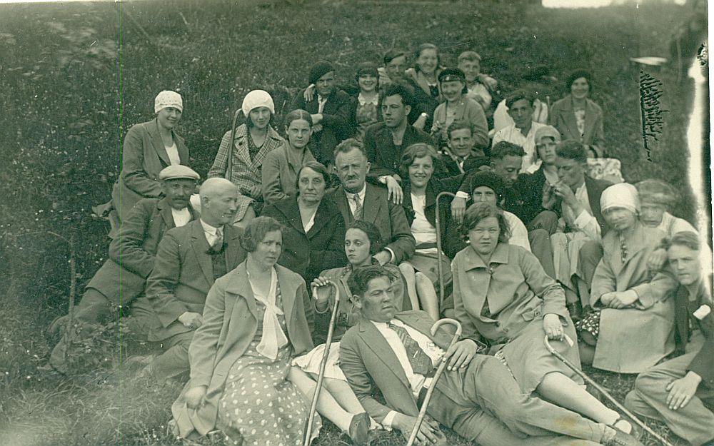 Ekskursanti ar Siguldas spieķiem 20. gadsimta trīsdesmitajos gados.