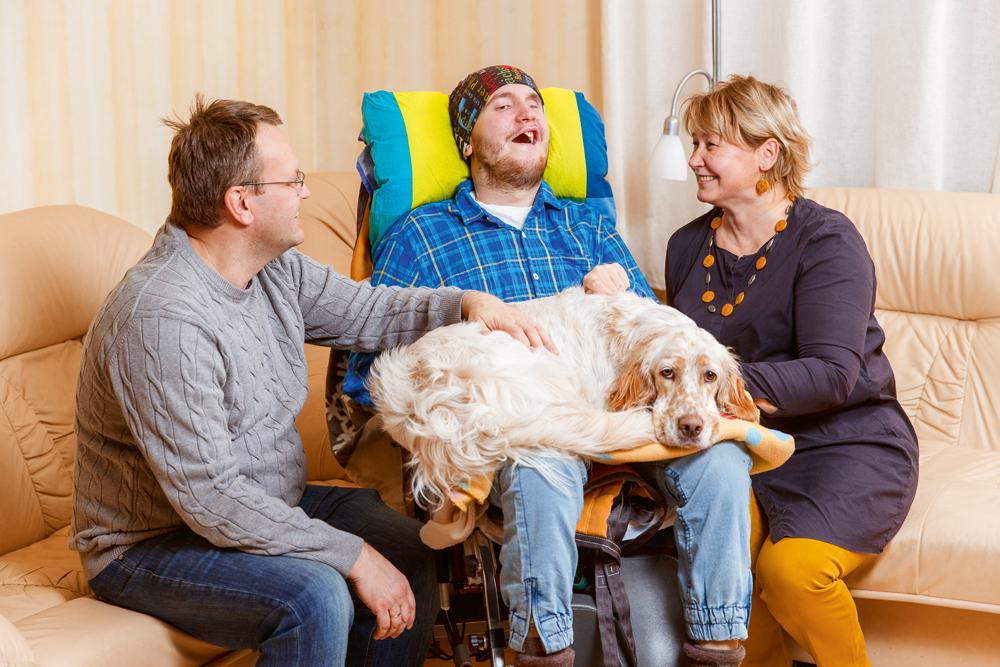 Tētis Kaspars un mamma Inga ar Kristapu. Viņam klēpī – ģimenes mīlulis Monē.