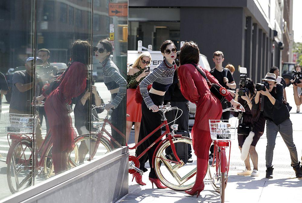 Divas modeles  piedalās modes nama Fendi fotosesijā Ņujorkas ielās.