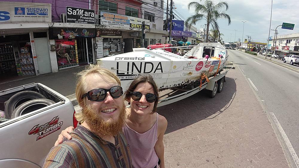 Turpinot apceļot pasauli, Kārļa Bardeļa ceļabiedros būs draudzene Linda, kuras vārdā nosauktā airu laiva viņam nesa veiksmi, šķērsojot Atlantijas okeānu no Namībijas līdz Riodežaneiro.