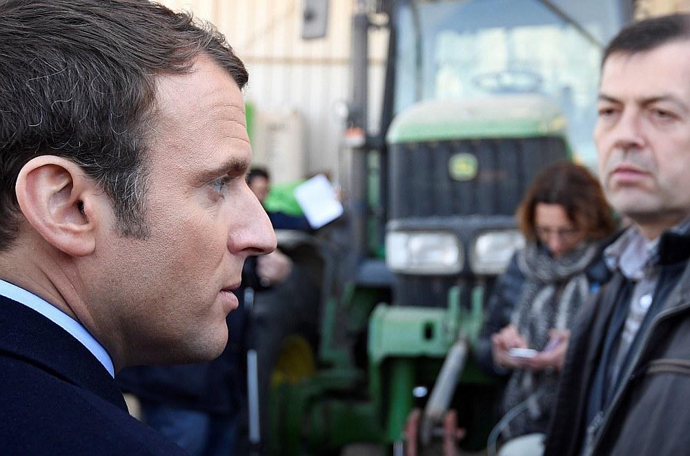 Emanuels Makrons, apmeklējot lauku saimniecību pērn pirms vēlēšanām.
