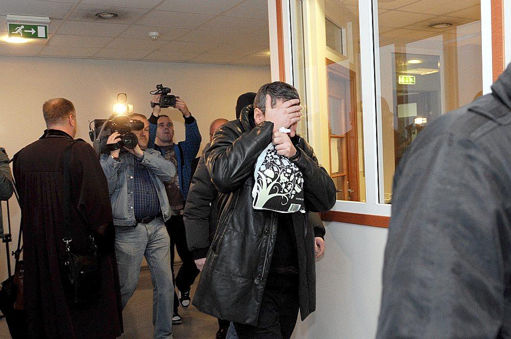 Kriminālprocesā aizturētie 2009. gada novembrī tiek konvojēti uz tiesas sēdi, kurā lēma par drošības līdzekli.