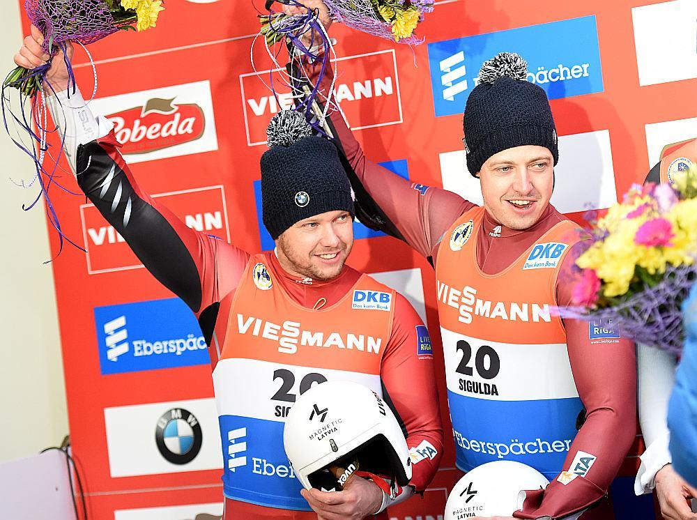 Brāļi Andris (no labās) un Juris Šici pirmo reizi uz goda pjedestāla Siguldā.