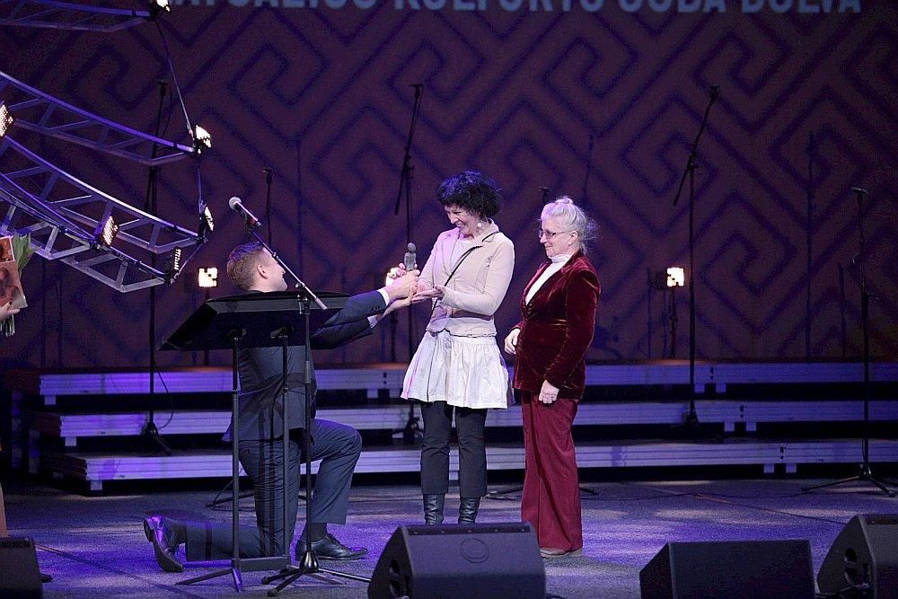 Latgaliešu mūziķis Juris Vucāns pasniedz balvu Ievai Jurjānei (no kreisās) un Marutai Latkovskai.