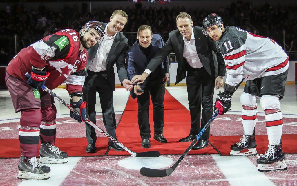 Artūrs Irbe (vidū), Martins Brodērs (uzvalkā pa kreisi) un Šons Burks veic simbolisko iemetienu.