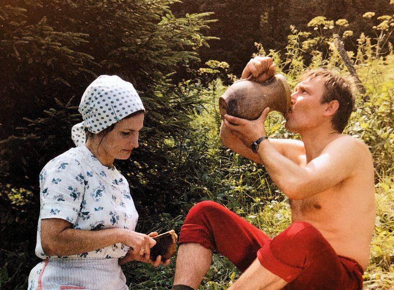 """""""Te mēs gluži kā Kārļa Miesnieka gleznā,"""" komentē māksliniece. Olga Dreģe — Dagnija Tūtere, Uldis Dumpis – Ēriks filmā """"Limuzīns Jāņu nakts krāsā"""" (1981)."""