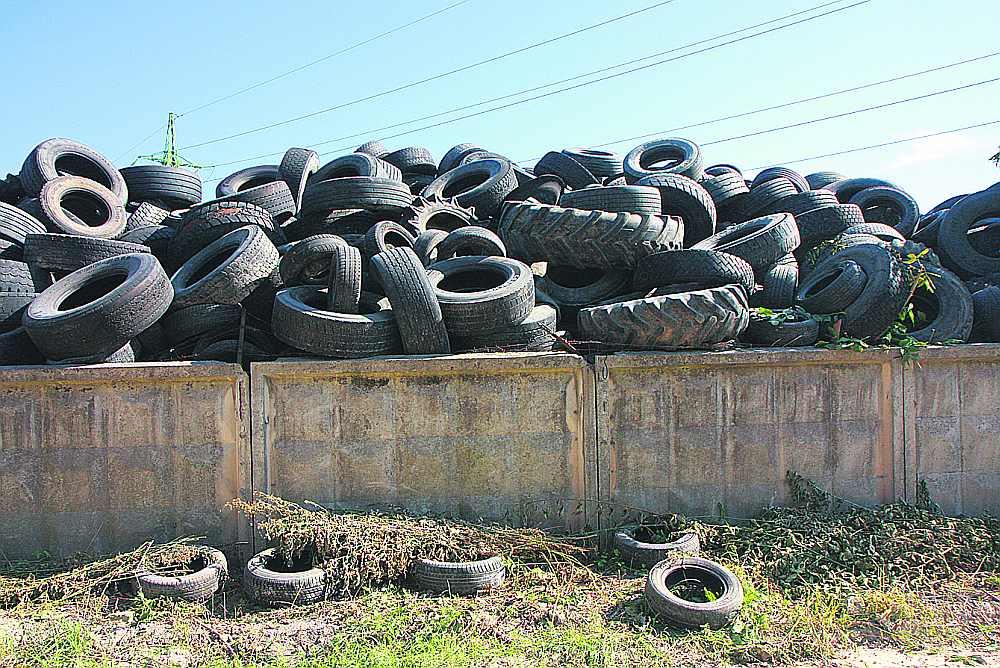 """Nolietotās riepas un atkritumus īpašos laukumos vai pārstrādes vietās nedrīkstēs uzglabāt ilgāk par vienu gadu, rosina VARAM. Cik ilgi glabājas šīs riepas Rīgā, Starta ielā, nezina ne to kādreizējais apsaimniekotājs, nu jau maksātnespēju pasludinājušās SIA """"Riepu bloki"""", ne vides sargi."""