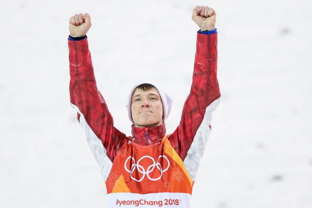 Krievijas frīstaila slēpotājs Iļja Burovs pēc bronzas medaļas izcīnīšanas Phjončhanā.