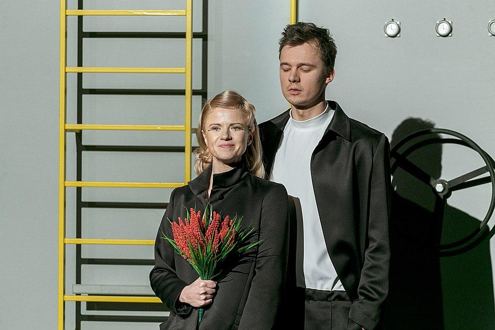 Inga Apine (Nataša) un Mārtiņš Meiers (Jevdokimovs) savu tēlu attiecības atveido nepiespiestā vieglumā un ar mūsdienīgu ironijas piedevu.