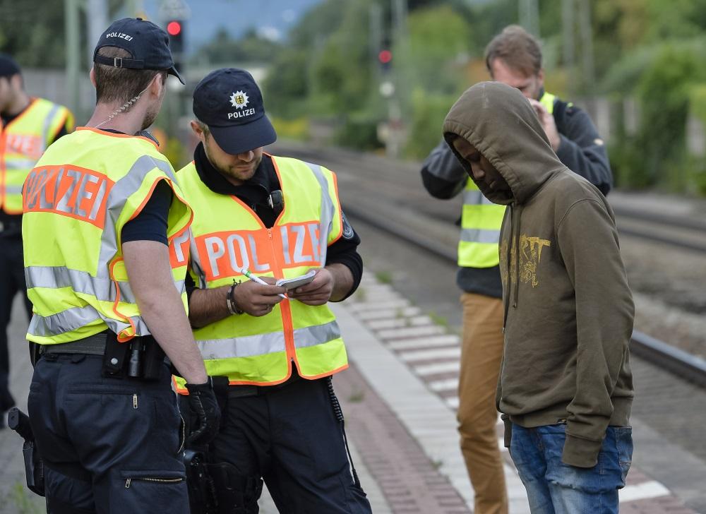 Vācijas policija pieķer nelegālo bēgli Reublingā, reida laikā pie Austrijas un Vācijas robežas.