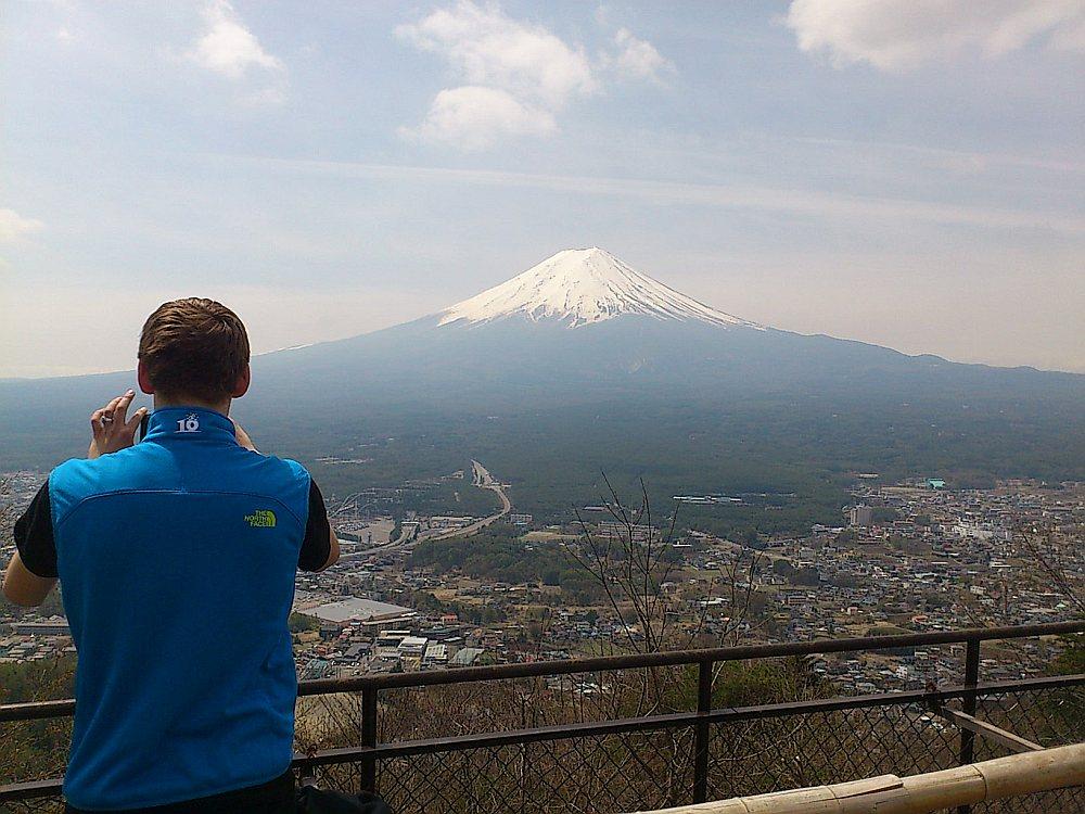 Mītiskais Fudzi kalns ir mainīgs dažādos gadalaikos – reizēm arī bez baltās sniega cepures, ko ierasti drukā uz suvenīru pastkartēm.