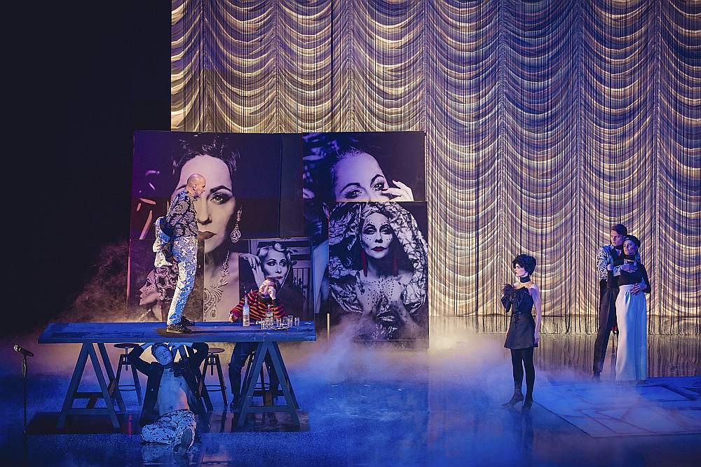 """Izrādes """"Būt Kejai Gondai"""" vēstījumā Džilindžers galvenokārt paļāvies uz trim elementiem – Ainas Rendas tekstu kā pašvērtību, lakoniskiem simboliem piesātinātu vizualitāti un komponistes Annas Ķirses sacerētajiem """"lipīgi"""" raupjajiem vadmotīviem."""
