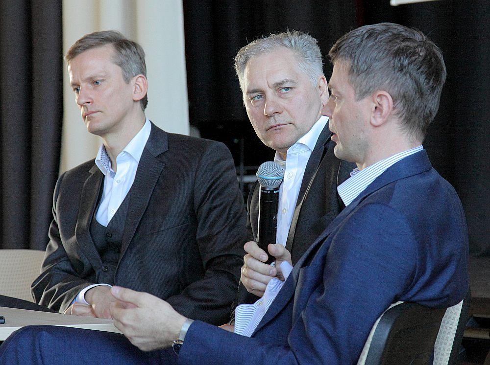 """""""Pozitīvie piemēri nereti radušies """"garāžā"""", bet vēlme un ambīcijas virzījušas tos iekarot globālo tirgu. Jāiet un jāiekaro pasaule!"""" diskusijā norādīja Latvijas Bankas Monetārās politikas pārvaldes vadītāja vietnieks Mārtiņš Bitāns (no kreisās). Viņam piekrīt valdes loceklis Harijs Ozols un Latvijas Bankas padomes loceklis Edvards Kušners."""