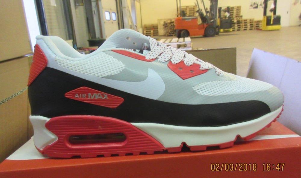 """VID Muitas pārvalde konteineros atklāj 17 472 viltotu """"Nike"""" apavu pārus."""