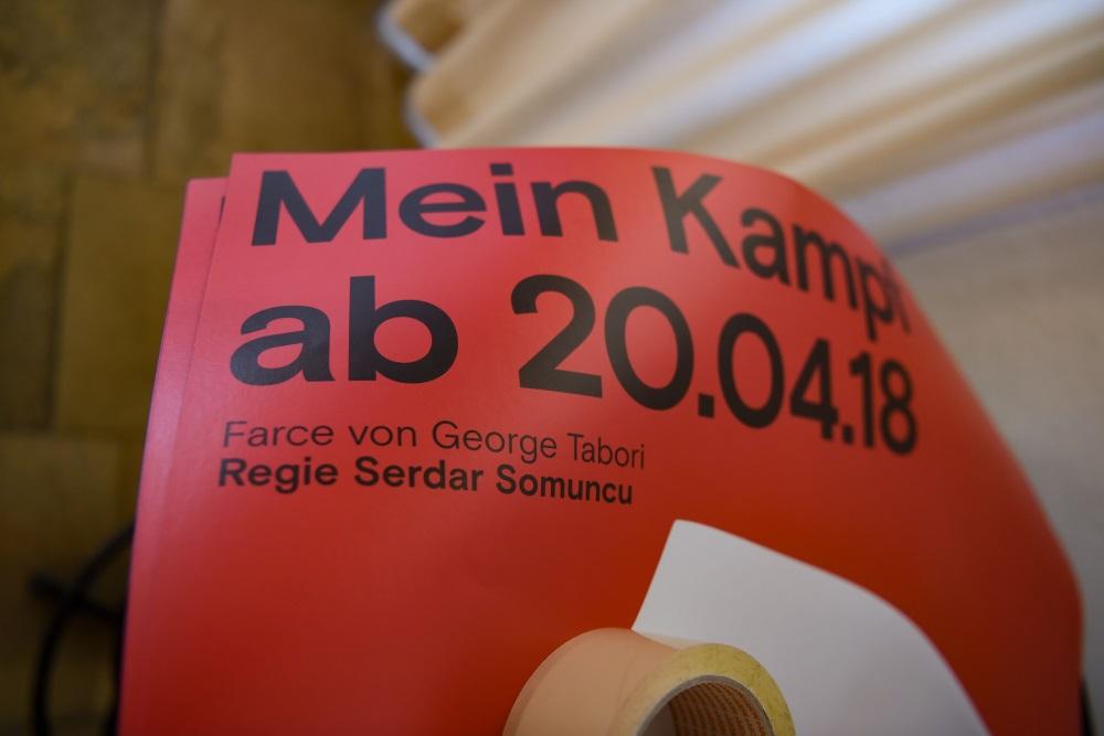 """Vācijas prokuratūra sākusi izmeklēšanu pret teātri, kurš piedāvājis apmeklētājiem bez maksas noskatīties jauno izrādi """"Mein Kampf"""", ja viņi piespraudīs pie apģērba kāškrusta zīmi."""