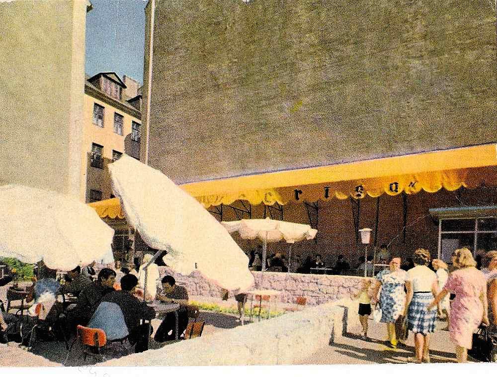 """70. – 80. gados par politisku anekdošu stāstīšanu publiskā vietā, proti, """"antisabiedrisku darbību"""", piemēram, kafejnīcā, PSRS pilsoni varēja izsaukt uz """"pārrunām"""" VDK un izteikt """"brīdinājumu"""". 20. gs. 70. gadu fotoatklātne – leģendārā kafejnīca """"Putnu dārzs"""" Rīgā."""