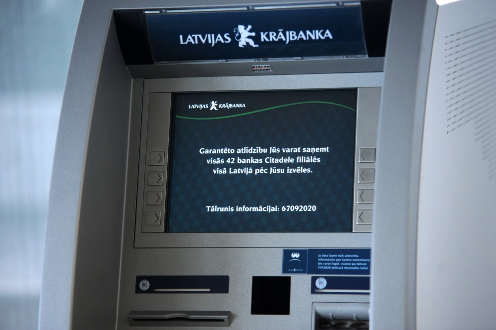 """Arhīva foto. Maksātnespējīgās """"Latvijas Krājbankas"""" bankomāts."""