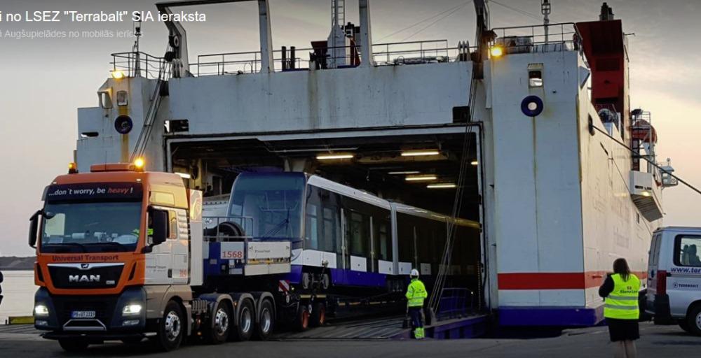 Liepājas ostā atved ar kuģi Rīgas tramvaju, 15.04.2018.