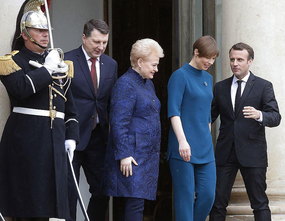 Francijas prezidents Emanuels Makrons (no labās) pirmdien pie Elizejas pils kopā ar Kersti Kaljulaidu, Daļu Grībauskaiti un Raimondu Vējoni.
