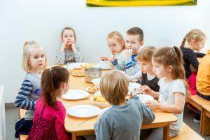Ēdienreize bērnudārzā Creakids. Tā veidota pēc zviedru galda principa – katrs liek ēdienu sev pats. Foto - Matīss Markovskis