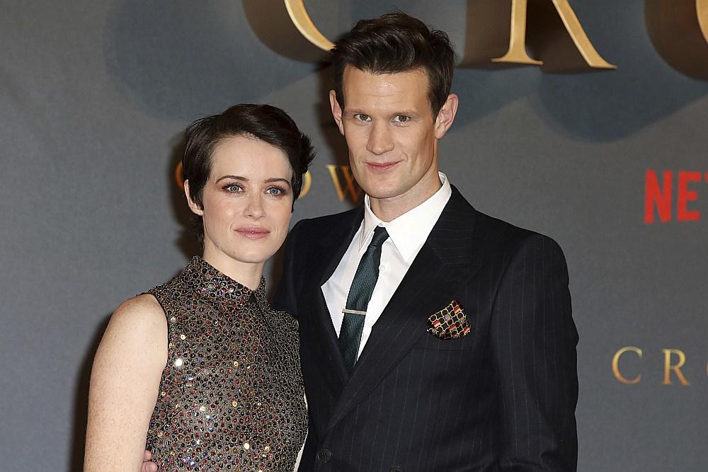 """Klēra Foja kopā ar Metu Smitu seriāla """"The Crown"""" otrās sezonas pirmizrādē Londonā 2017. gada rudenī."""
