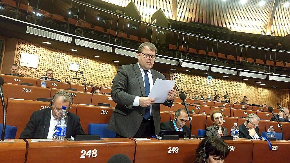 Latvijas Pašvaldību savienības priekšsēdētājs Gints Kaminskis uzstājas pirms kongresa delegātu balsojuma par ziņojumu un rekomendācijām, lai uzlabotu vietējo un reģionālo demokrātiju Latvijā.