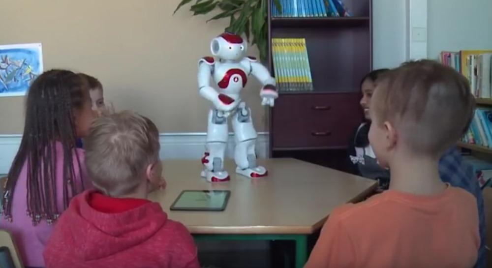 Somijas skolā Tamperē roboti ieņem skolotāju vietu.