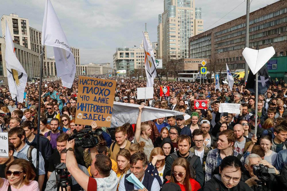 """Protestētāji palaiž gaisā papīra lidmašīnītes – """"Telegram"""" simbolu."""