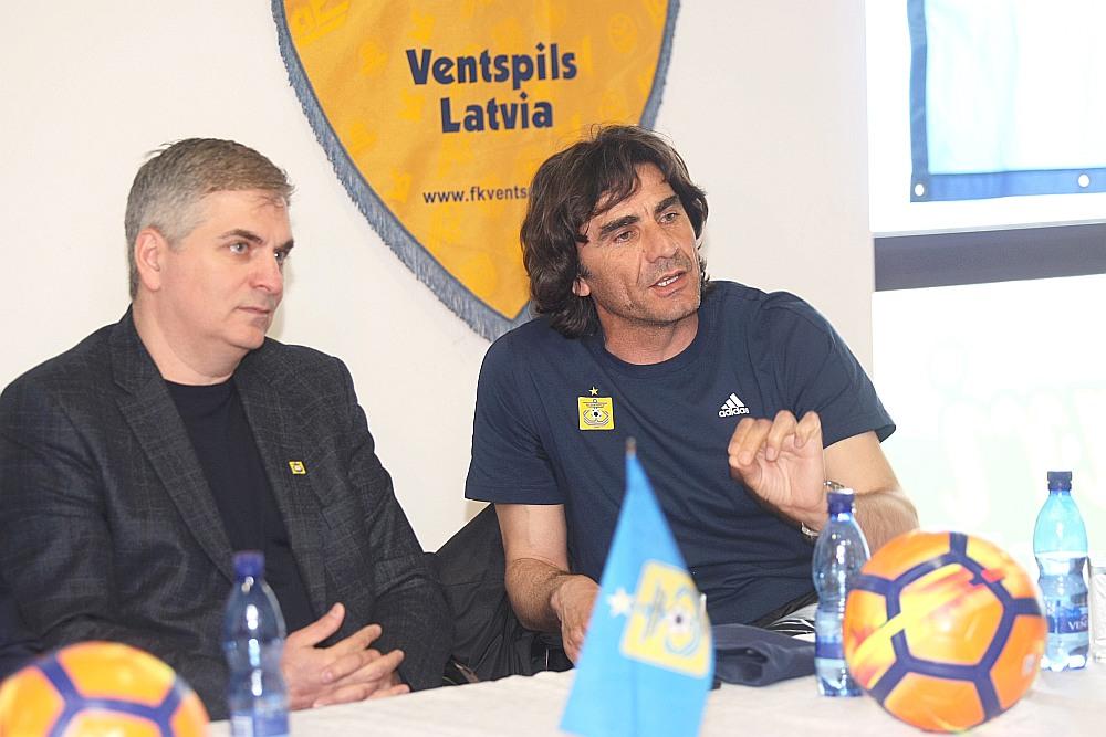 """Adlans Šišhanovs (no kreisās) un nu jau bijušais FK """"Ventspils"""" galvenais treneris Dejans Vukičevičs."""