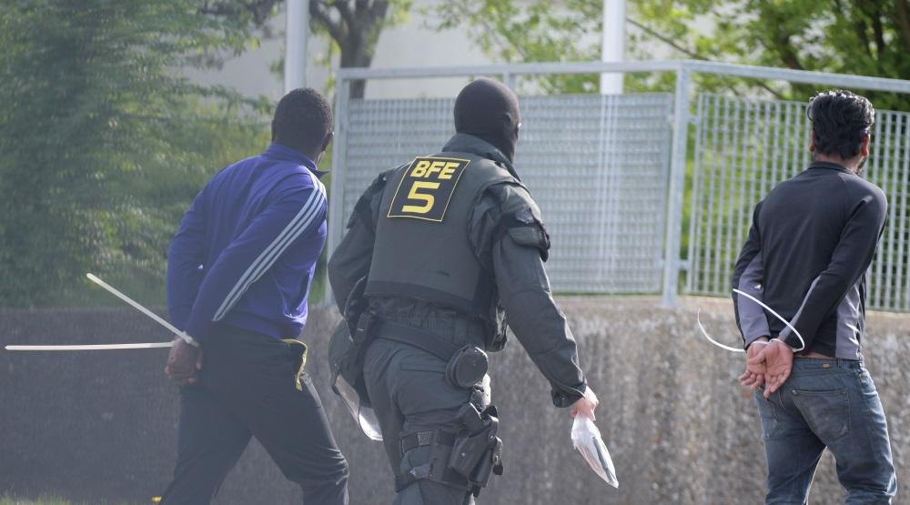 """Bēgļu centrs Vācijā, kur bēgļi uzbrūk policijai un cenšas novērst kāda """"savējā"""" deportēšanu uz Rietumāfiku, 03/.05.2018."""
