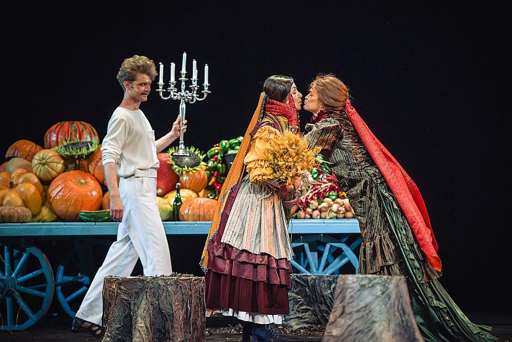 Aktieri uz skatuves runā, daļēji improvizējot un ikdienišķojot Čehova valodu, un atbrīvota ir arī viņu ķermeņa valoda, radot iespaidu par pasauli, kurā valda karnevāliska atmosfēra.