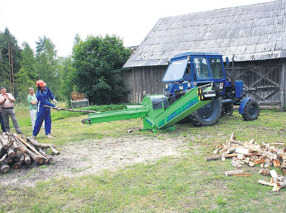 Malka šopavasar Latgalē ir kļuvusi par deficītu. Malkas skaldītājs gaida uz jaunu malkas pievedumu.