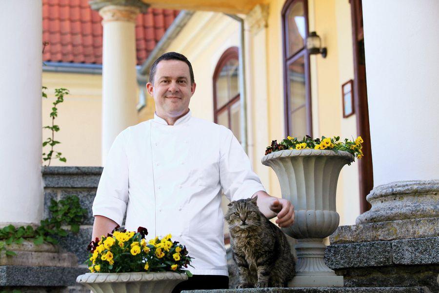 Šefpavārs Jānis Melnalksnis vēlējās nofotografēties ar svarīgu Liepupes muižas iemītnieku – kaķi Albertu, kuru saucot arī par muižkungu.
