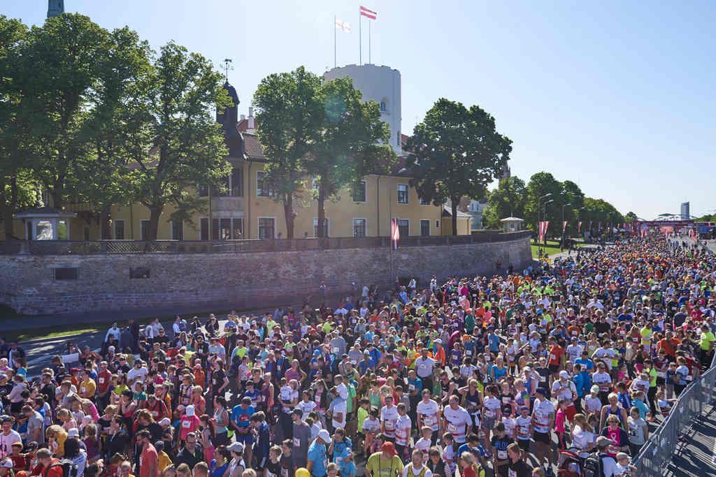 Rīgas maratona skrējēji pie Prezidenta pils.