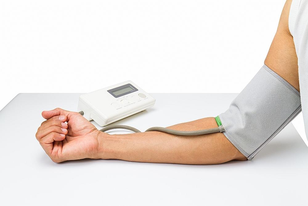 Mērot asinsspiedienu, roka jānovieto sirds līmenī ar plaukstu uz augšu, atbalstot to pret galdu.