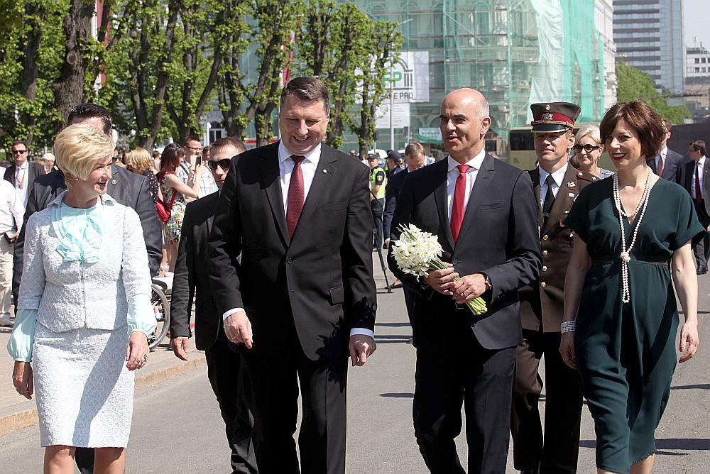 Šveices prezidents Alēns Bersē (otrais no labās) kopā ar kundzi Mjurielu Cēnderi-Bersē un Latvijas prezidents Raimonds Vējonis ar kundzi Ivetu Vējoni vakar nolika ziedus pie Brīvības pieminekļa.