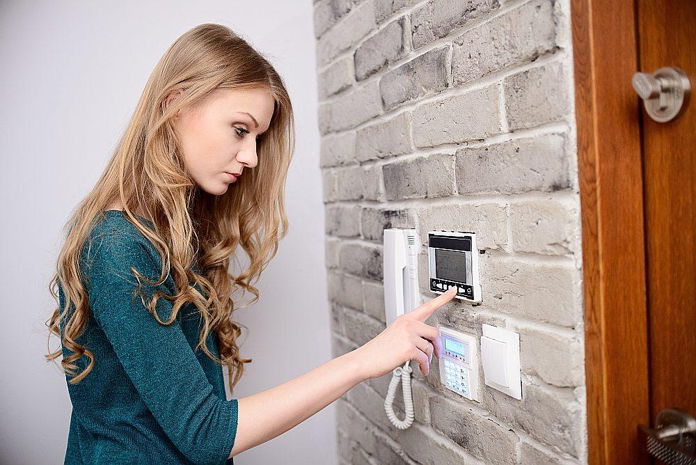 Gāzes apkures katla automātika dod iespēju datus ar roku ieprogrammēt sienas panelī. Vai viedtālrunī.