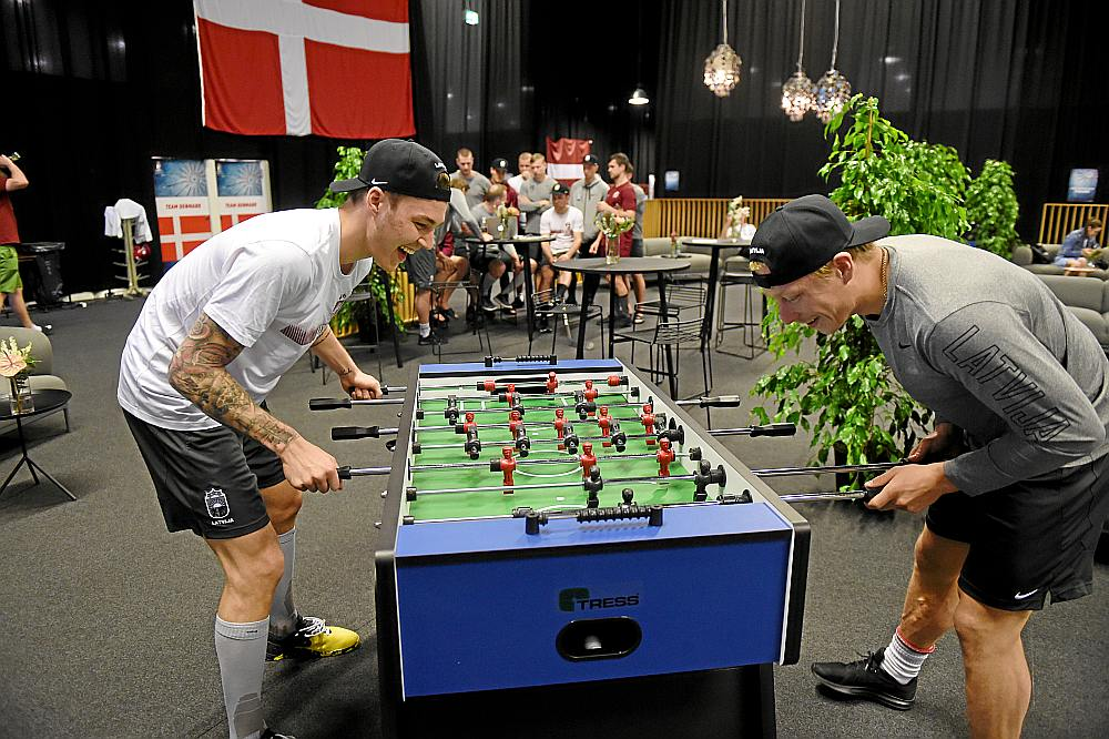 Ronalds Ķēniņš (no labās) pret Elvi Merzļikinu spēlējis ne vien Šveicē, bet arī Herningā.