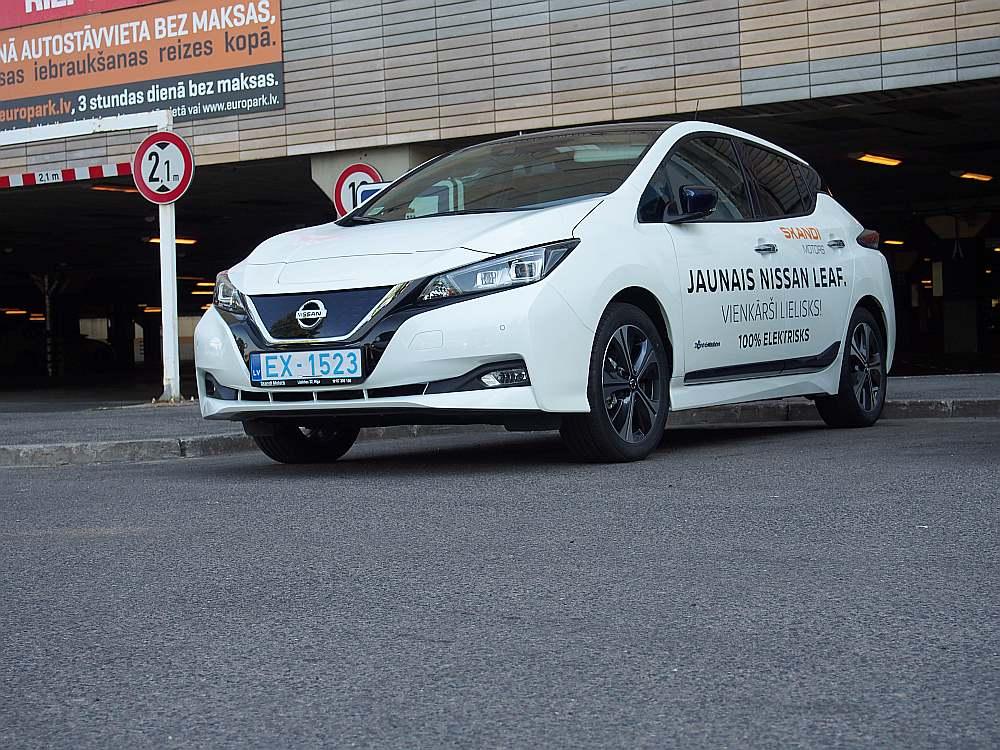 """""""Nissan Leaf"""" Ķīpsalā pie Olimpijas."""