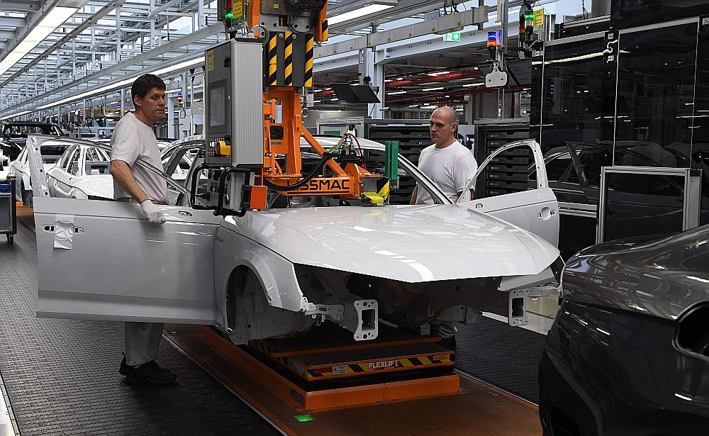 """Strādnieki komplektē """"Audi"""" rūpnīcā Igolštatē. Vācijas autobūvē strādā vairāk nekā 800 tūkstoši, kuru darba vietas varētu ietekmēt ASV lēmums paaugstināt ievedmuitu."""