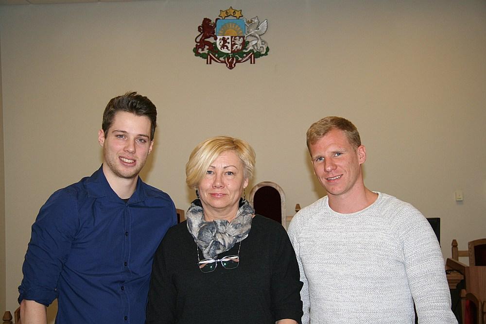 """Apsūdzētie Vilems Kristins van Noitens (no kreisās) un Laurens Lambrehts, kurš Beļģijā pats strādā par policistu, pēc tiesas sēdes kopā ar nama īpašnieci Jeļenu Krūmiņu piekrita pozēt fotogrāfijai """"Latvijas Avīzei""""."""