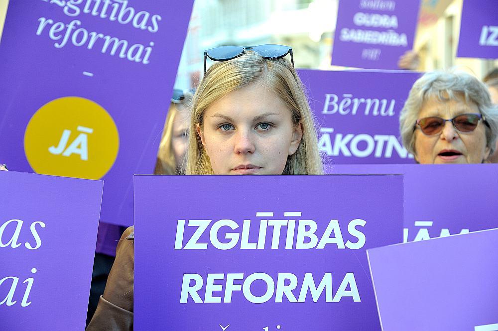 Protesta akcijā pie Saeimas piketētāji pauda viedokli, ka nedrīkst atlikt izglītības reformu vēl uz gadu.
