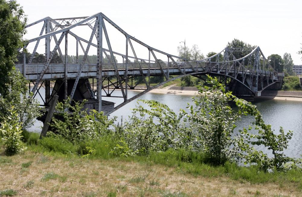 Oskara Kalpaka tilts būvēts 1906.gadā, lai savienotu cariskās Krievijas kara flotes bāzi Karostu ar  Liepājās pilsētu.