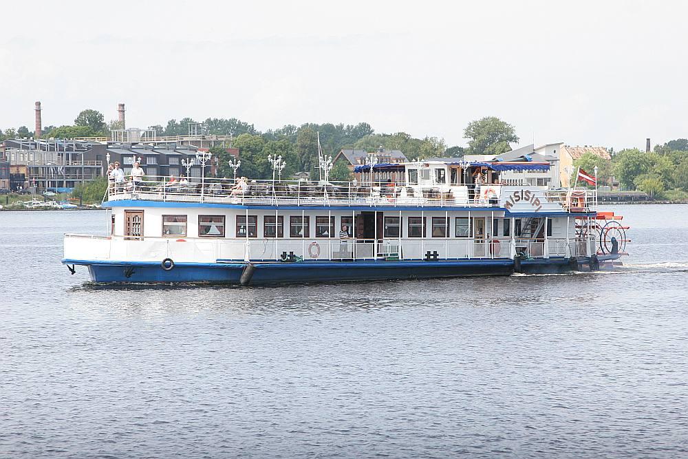 """Daugavas upes kuģīša """"Misisipi"""" ietilpība ir līdz 180 personām, kas paredzēts tūrismam un pasākumu svinībām. Citviet pasaulē līdzīgi kuģīši tiek izmantoti arī kā sabiedriskais transports uz ūdens."""