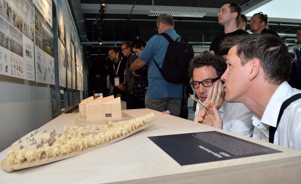 """""""Adjaye Architects"""" pārstāvji un Laikmetīgās mākslas muzeja makets."""
