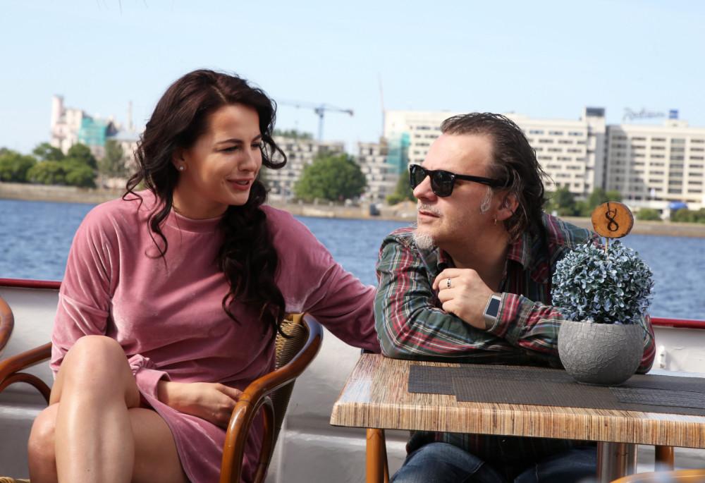 Izrādē Zāra Goldbaum (Lelde Dreimane) ar Rūdi (Marģers Eglinskis) vis tik draudzīgi nerunājas.