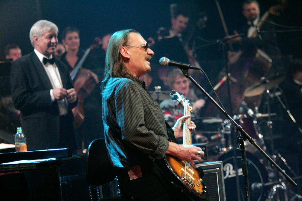 """Jānis Grodums grupas """"Līvi"""" 30 gadu pastāvēšanas koncertā 2006. gadā."""