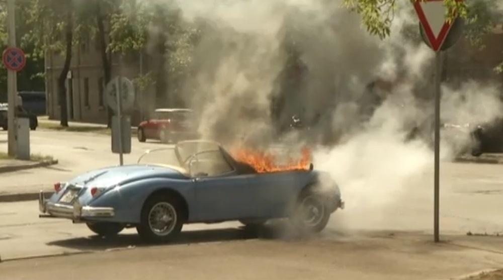 """Rīgas centrā nodeg ekskluzīvs 1959.gada """"Jaguar"""" kabriolets, 22.06.2018."""